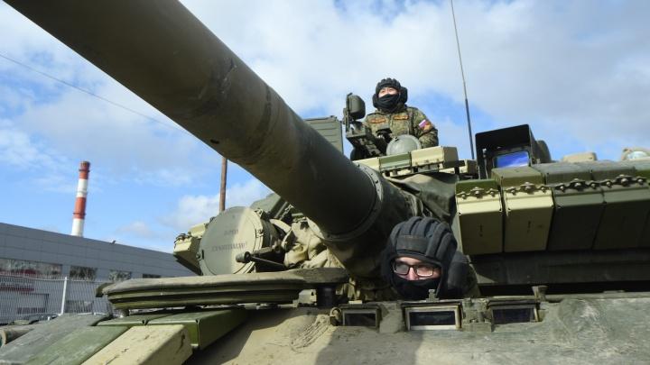 По окраине Екатеринбурга проехали десятки военных машин: лучшие кадры репетиции парада