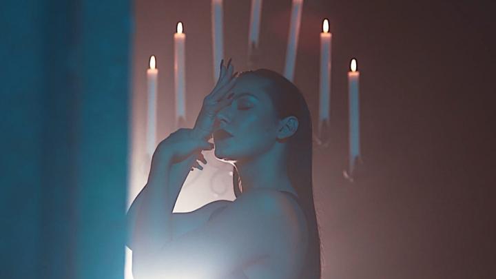 Танцовщица из Новосибирска выпустила эмоциональный клип, снятый одним дублем