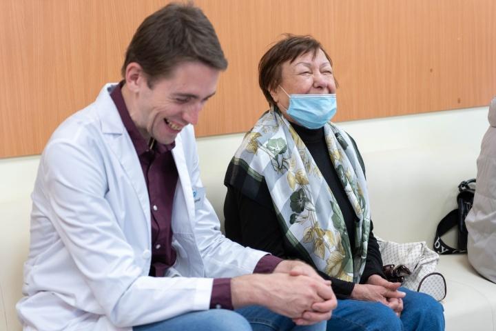 Одна из задач «внука» — развлекать пожилых пациентов разговорами