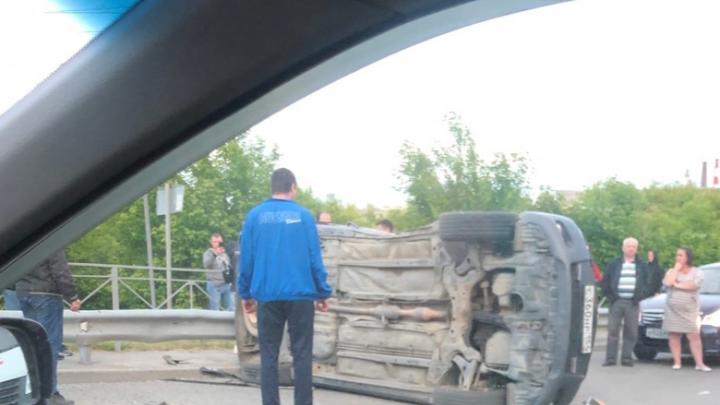 В Заельцовском районе автомобиль перевернулся набок: есть пострадавшие