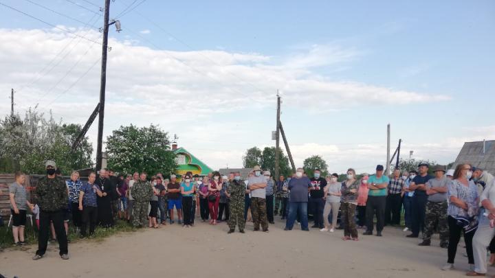 «Встали живым щитом». Как в Няндомском районе жители дежурили сутками, чтобы спасти чистоту озера