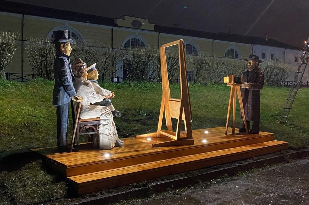 У арт-объекта сделана подсветка, для того чтобы его было видно в темноте