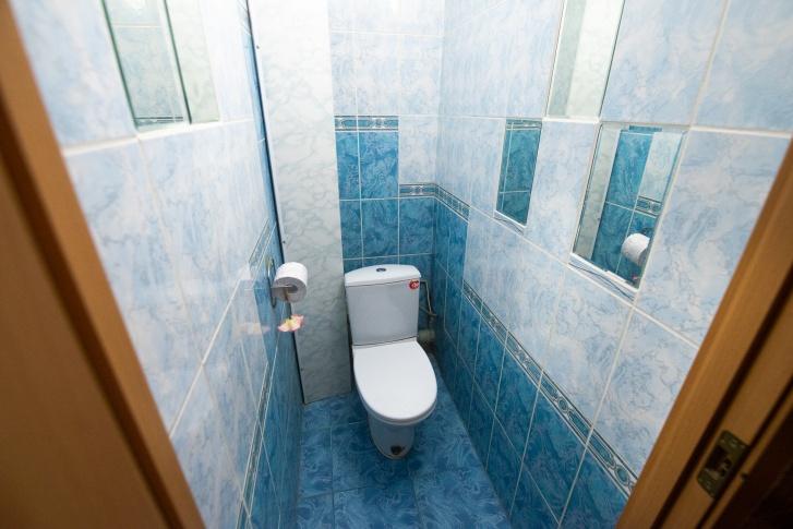 Даже туалет может выглядеть просторным кабинетом, если его правильно снять