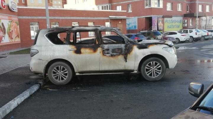 Дрифт на Mercedes в центре Тюмени, поджоги иномарок и обстрел машин яйцами: дорожные видео недели