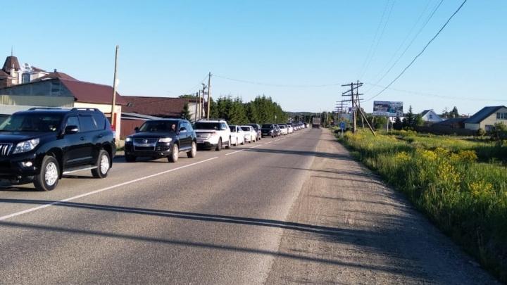 Машины встали в многокилометровую пробку на Челябинском тракте. Рассказываем, что случилось