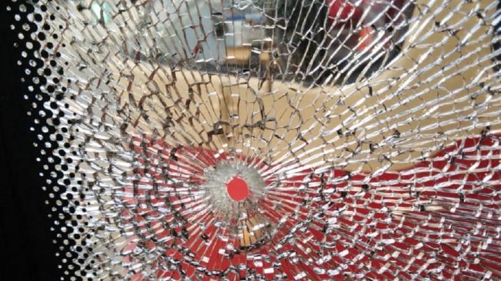 «Пассажирке попало в щеку»: очевидцы рассказали, как в центре Екатеринбурга обстреляли трамвай