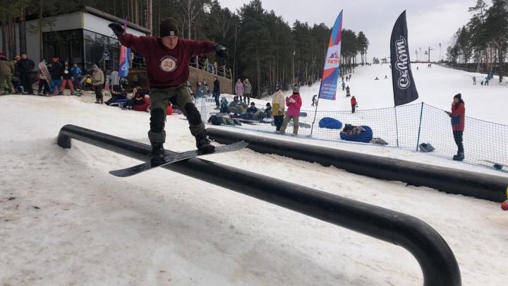 Скольжение по железной трубе и массовый спуск: на Уктусе открыли горнолыжный сезон