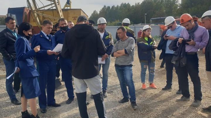 В Кемерово рабочие протестуют из-за долгов по зарплате. Они отказались слезть со строительного крана