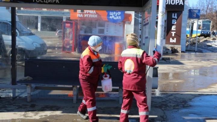 В Уфе начали дезинфицировать остановки и мыть улицы шампунем