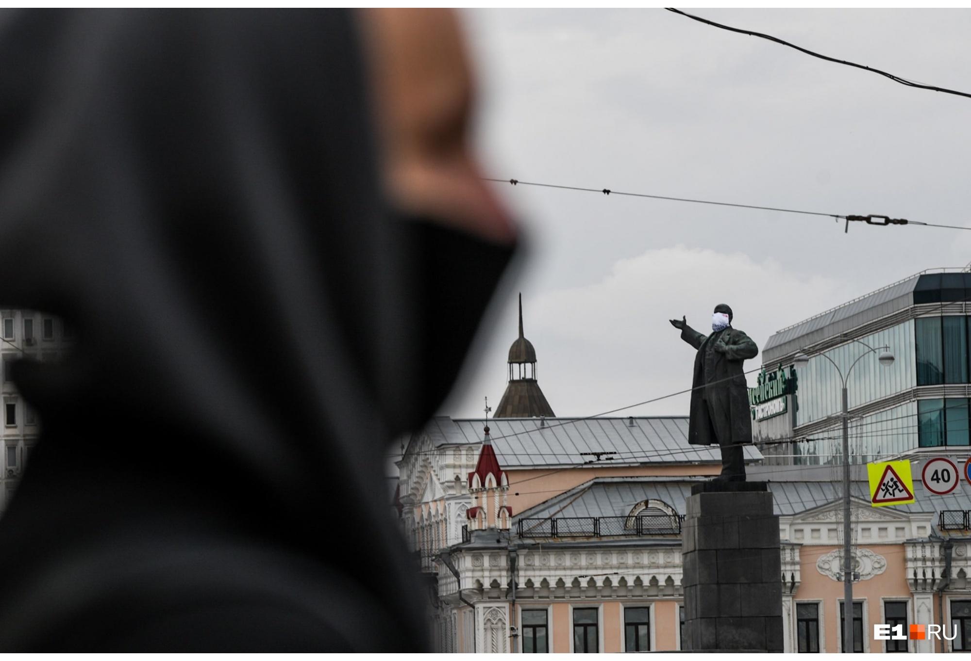 В Екатеринбурге за социальную дистанцию и маски агитировали даже памятники