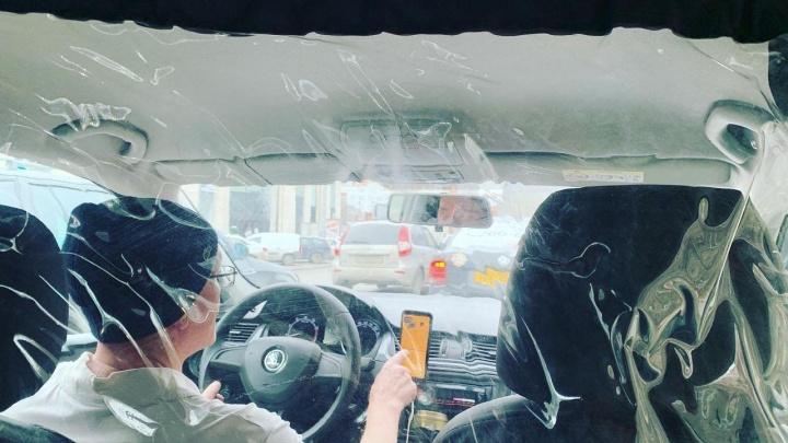 «Это может быть пленка»: чиновники объяснили правила установки перегородок в ресторанах и такси