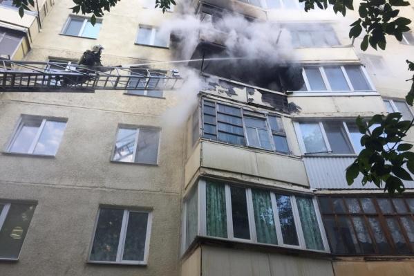 Огонь тушили 15 сотрудников МЧС РФ и 5 пожарных машин