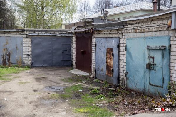 Скелет мужчины нашли за гаражом в Ярославле