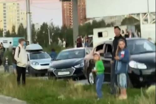 Посмотреть салют в честь парада Победы в Новосибирске собралась толпа народу