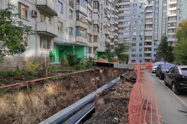 Теплоэнергетики разрыли ямы вдоль домов