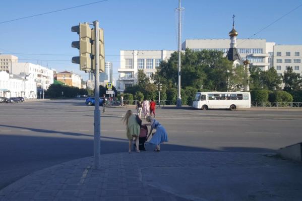 Несмотря на забор, люди продолжают ходить через перекресток