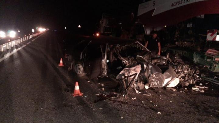 Водителю фуры, под которой погибли два человека, выписали штраф за незаконную парковку