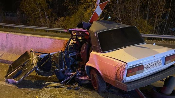 Половина машины «всмятку»: под Тюменью «Жигули» врезались в ограждение, водитель погиб
