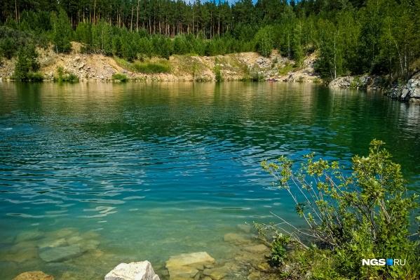 Вода в озере изумрудного цвета, и это не фильтр