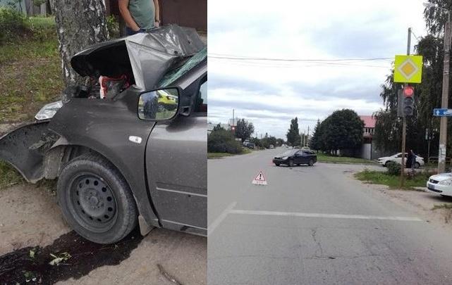 Капот сложило пополам: в Тольятти «Датцун» врезался в дерево после столкновения со «Шкодой»