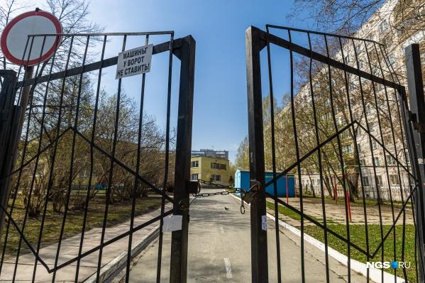 Печать с главных ворот детского сада оказалась сорванной