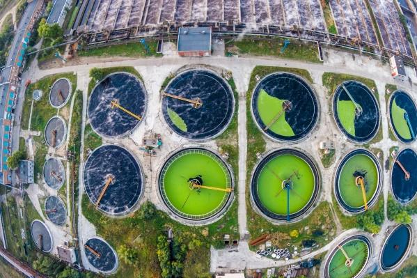 На фото — очистные сооружения АЦБК. На предприятии действует современная система биологической очистки сточных вод, и только потом очищенная вода направляется в реку Северную Двину