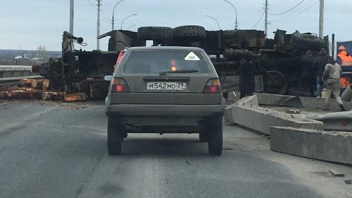 Краснофлотский мост в Архангельске заблокирован из-за упавшего лесовоза