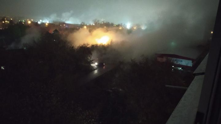 Горячий пар окутал улицы Новосибирска из-за аварии: по дорогам течет кипяток, водители едут на ощупь