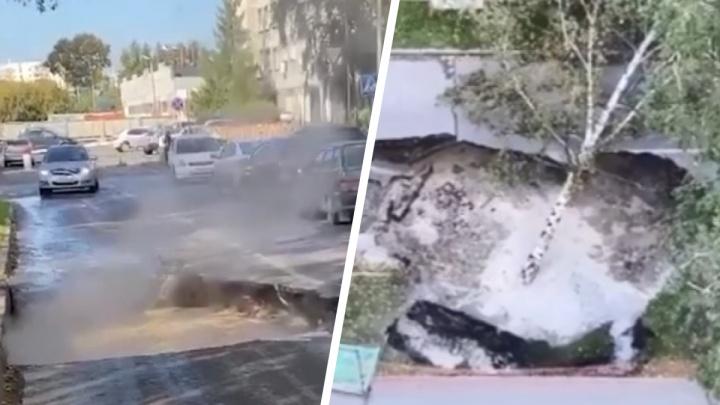 В центре Новосибирска почти на месяц перекрыли дорогу, где появилась гигантская яма с кипятком
