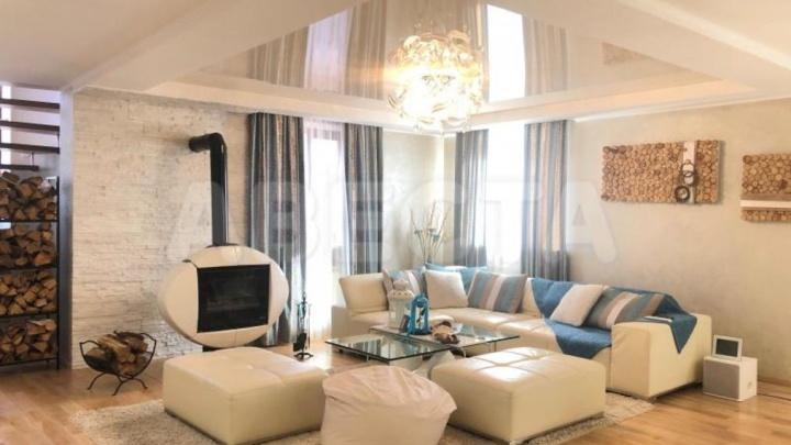 Под Омском за 26 миллионов продают коттедж с банным комплексом, камином и винтовой лестницей
