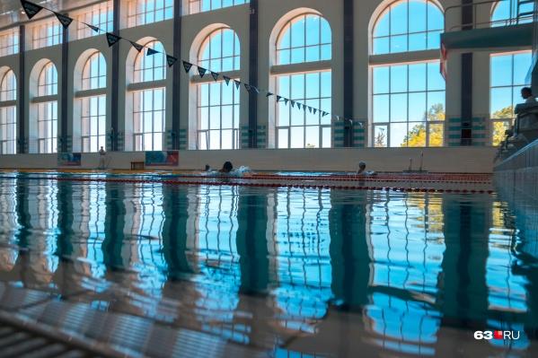 Пока в бассейнах разрешили тренироваться только спортсменам
