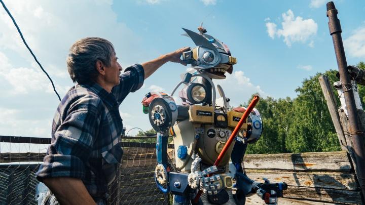 Роботы у сарая: житель Омской области делает скульптуры из старых телевизоров