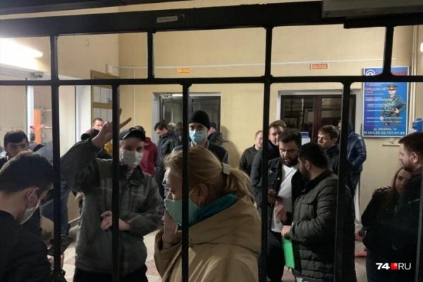 В отделение полиции минувшей ночью доставили около 50 человек