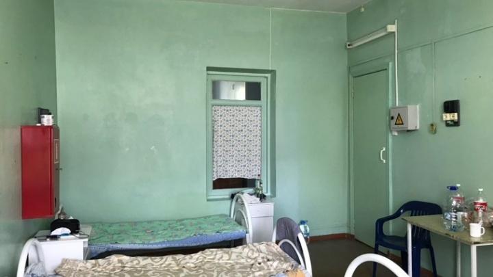 «Кровать из арматуры»: вахтовик на карантине показал ишимскую инфекционку изнутри