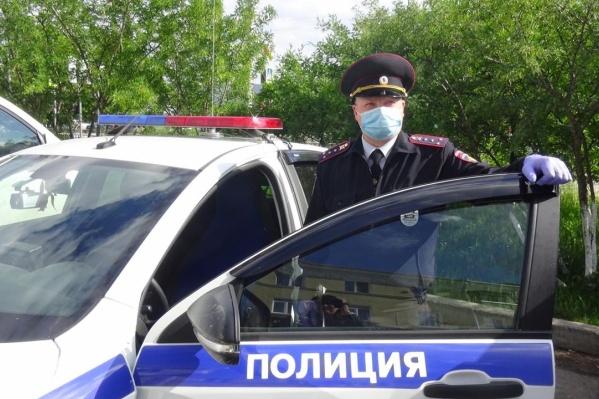 Павел Устьянцев успокоил ребенка и объяснил,как поднять фиксатор замка дверцы
