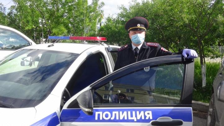 Полчаса плакал в машине: в Каменске-Уральском сотрудник ГИБДД спас малыша из душного автомобиля
