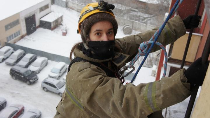«Я никогда не была так счастлива, что могу стоять»: журналистка— после спуска на веревке с восьмого этажа «горящего» здания