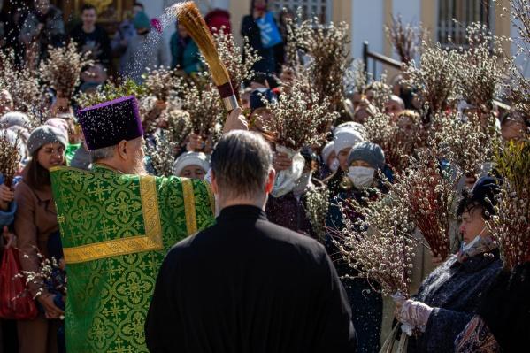 В эти выходные на Вербное воскресенье в православные храмы Новосибирска пришли толпы людей