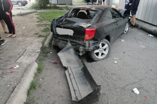 Toyota Celiсa вылетела в парковочный карман, сбив двух пешеходов