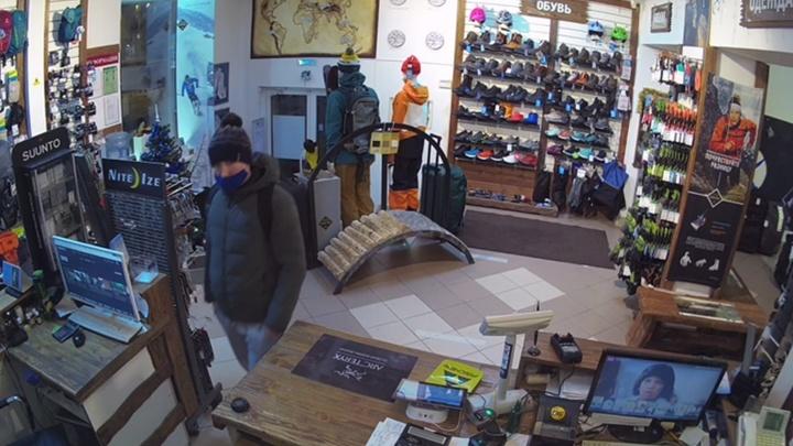 В Екатеринбурге парень украл телефон из магазина, пока продавца не было у кассы