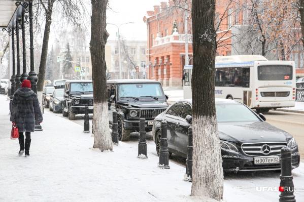 Три «Мерседеса» так никто и не увез с места неправильной парковки