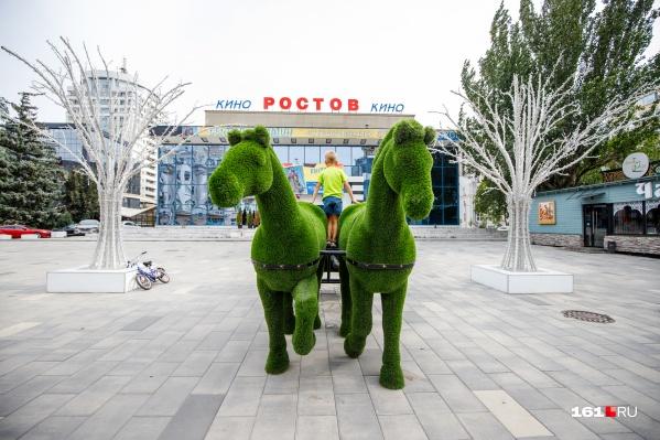 Эти кони перекочевали на Большую Садовую из прошлого года
