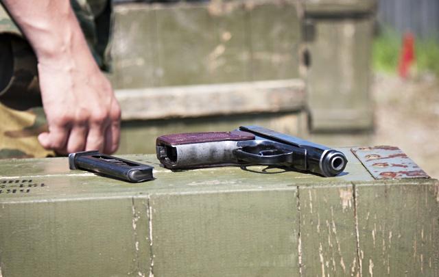 На полигоне под Челябинском клиент выстрелил в инструктора, а затем — в себя