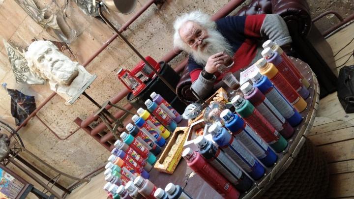 Уральский дедушка-кузнец выставил на продажу 500 картин, чтобы помочь работающим с COVID-19 медикам
