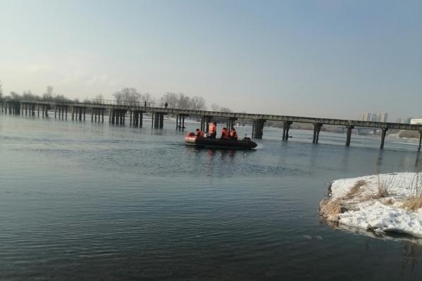 Рыбаки совместно с МЧС обследуют русло реки