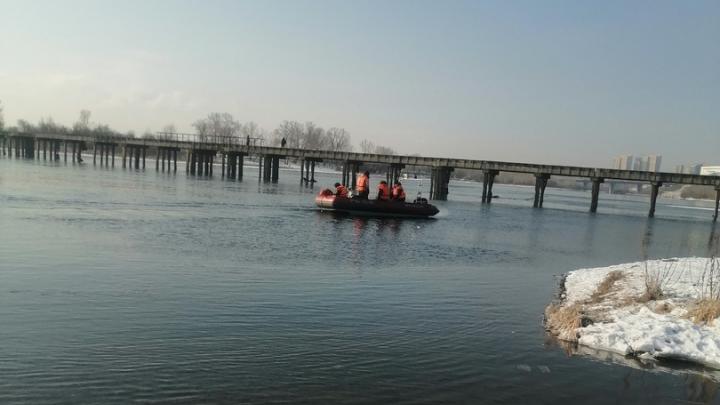 «Надежды мало»: поисковики рассказали, как могли утонуть два рыбака в Красноярске