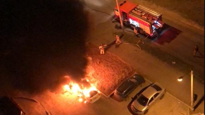 Две машины вспыхнули под окнами жилого дома. Подозревают поджог