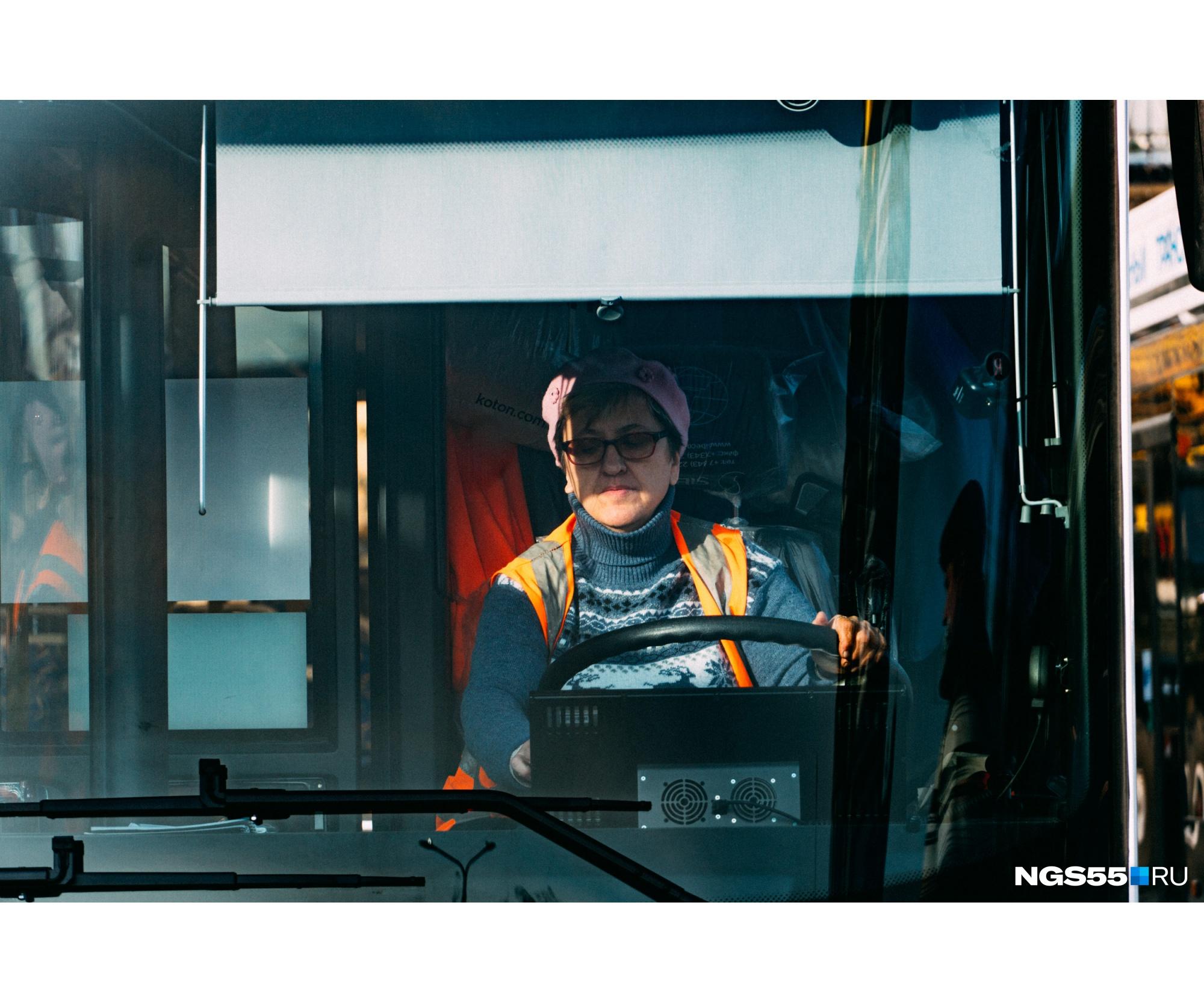 Правда, повез их уже другой водитель. Кстати, работники поставили троллейбусам высокую оценку — говорят ими легко управлять