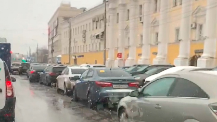 «Эвакуировали, эвакуировали да не выэвакуировали»: нарушители заставили улицу Победы вторым рядом