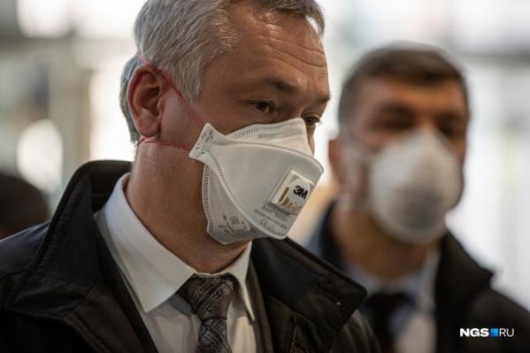 Сам Андрей Травников тоже ходит в маске, причем с респиратором